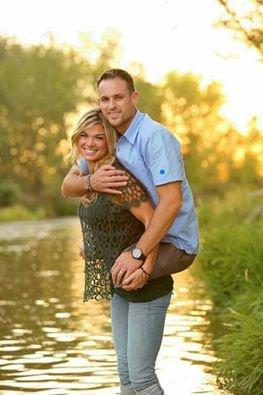 il a perdu ses deux jambes dans un accident de voiture terrible ... il a crut que sa femme va l'abondonner .;; elle lui a juree de terminer sa vie avec lui et meme de le porter sur son dos toute sa vie c'est la femme idéal pour toute une vie