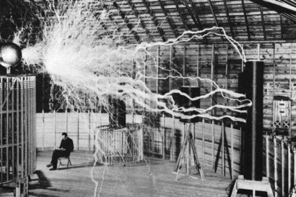 IMAGES SPECTACULAIRES : Nicolas Tesla dans son laboratoire