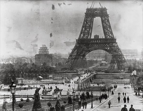 IMAGES SPECTACULAIRES :  CONSTRUCTION DE LA TOUR EIFFEL EN 1889