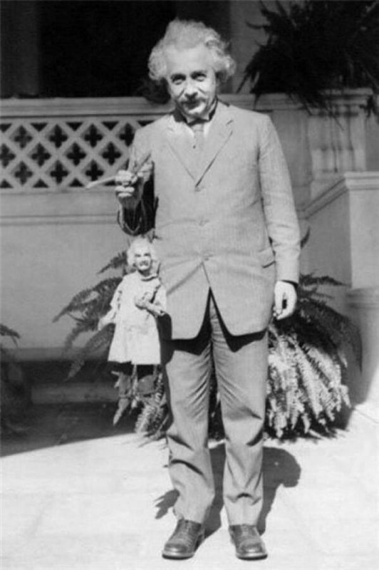 IMAGES SPECTACULAIRES : ALBERT EINSTEIN ET SA MARIONNETTE EN 1931