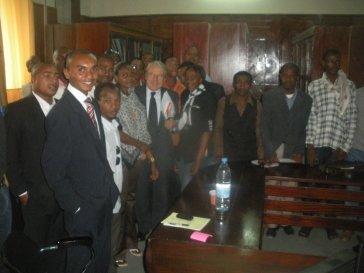 JEAN DU BOIS DE GAUDUSSON, L'UN DES REDACTEURS DE LA CONSTITUTION COMORIENNE DE 2001 AVEC LES COMORIENS DE DAKAR LE SAMEDI DERNIER.