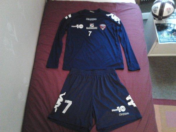 ~ Ensemble d'entrainement ( T-shirt + Short ) du Clermont Foot Auvergne 63 Saison 2011/2012 porté par Nicolas Bayod.