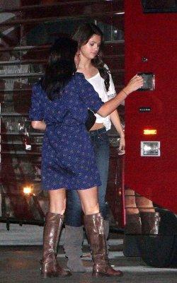 Selena & Justin ont été vus de nouveau ensemble mais cette fois ci après le show de Justin lorsqu'ils entrais dans son bus :)