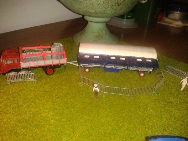 gli altri duesono convogli trasporto gabbie e attrezzature varie e li sul fondo si intravede un rimorchio frigo che contiene i pasti per le belve feroci.