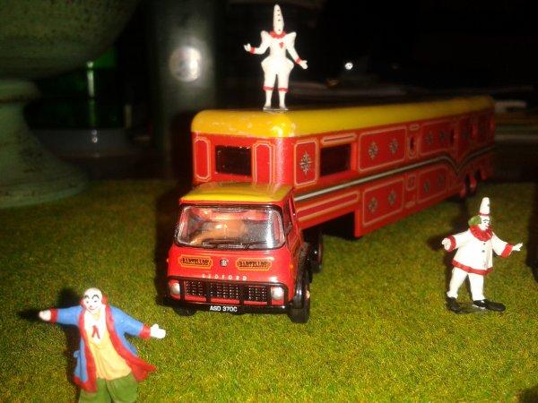 un simpatico quadretto della troupe di clowns bartellons insieme ai loro mezzi e ai due clowns bar.