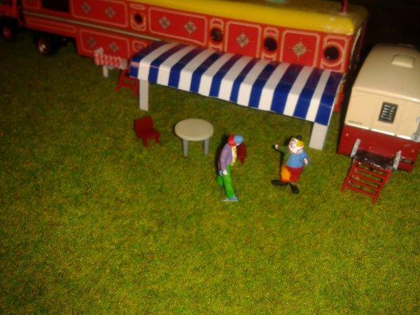 tra i caravan la vita del circo scorre,e tutti hanno sempre qualcosa da fare durante il giorno.