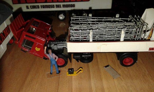 sostituzione differenziale su uno dei vecchi camion del circo...un lavoro non semplice.