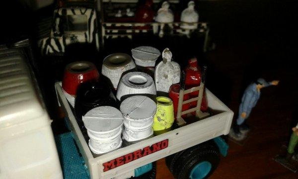 Sì fa un po di ordine e si sistemano le attrezzature per il montaggio e gli alimenti per gli animali.
