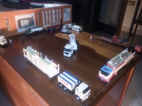 I primi mezzi arrivano sulla piazza...montaggio chapiteau.