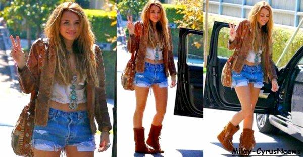 Le 08 Octobre 2010 : Miley Cyrus Etait A Toluca Cake