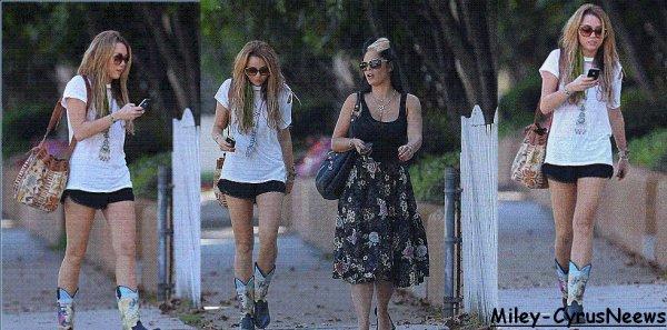 Le 10 Octobre 2010 Miley & Sa Coiffeuse Etait Au Studio City