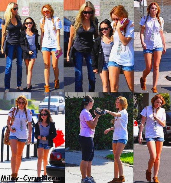Le 12 Octobre Miley Etait Au Restaurant Paty Dans Le Lac Toluca (Californie) Avec Sa Mère (Tish) & Sa Soeur (Noah)