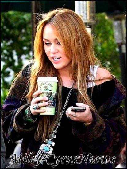 Le 31/12/2010 : Après avoir passé Noël chez elle au Tennessee, Miley est de retour à Los Angeles pour le Nouvel An, elle a été photographiée hier (30 décembre) dans l'Ouest Hollywood chez Urth Cafe.