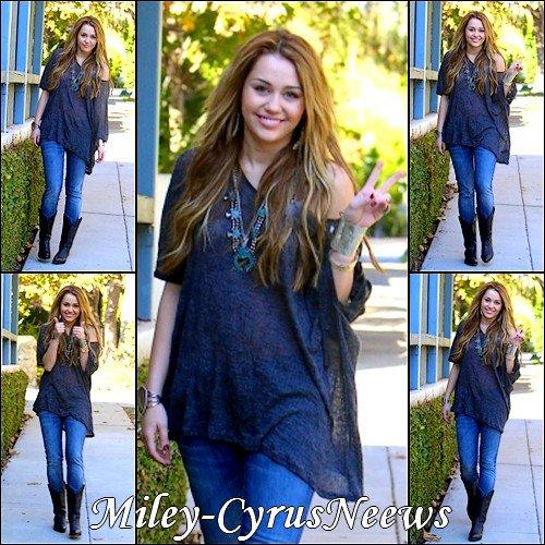 Le 27 Novembre Miley a été photographiée,tout sourire,quittant la maison d'un(e) amie à Toluca Lake