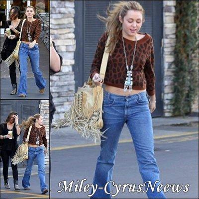 Le 28 Novembre Miley est allée déjeuner chez Panera Bread à Studio City, avec quelques amies.