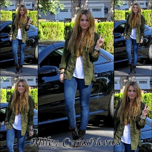 Le 31/12/2010 : Miley à était vu dans sa voiture et se promenant dans Los Angeles, CA.