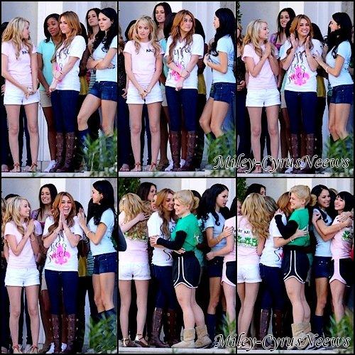 """03/10/11 : Le tournage de """"So Undercver"""" a repris aujourd'hui (3 janvier) à Nouvelle-Orléans (Louisiane). & Une photos de Miley dans un bus en compagnie du cast de """"So Undercover"""" ;)"""