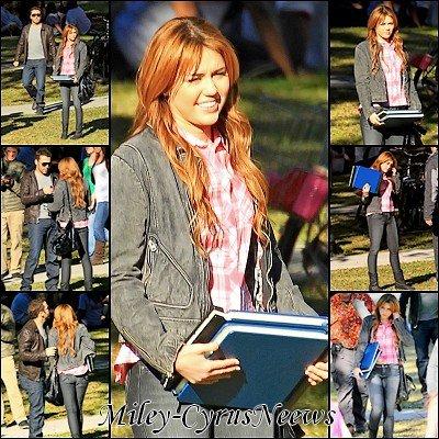 Le 16/01/2011 : Miley sur le tournage de « So Undercover » hier (15 janvier). Elle est accompagnée de Jeremy Piven (ayant pour rôle : agent secret).