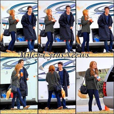 Le 17/01/2011 : Miley en compagnie de sa co-star dans « So Undercover » Joshua Bowman retournant à leur hôtel à la Nouvelle-Orléans datant du (13 janvier) dernier vient d'être publiée. + Miley en compagnie Joshua Bowman de sa co-star sur le tournage de « So Undercover » datant d'hier (16 janvier) à la Nouvelle-Orléans.