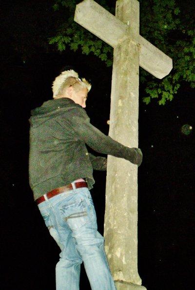 """A faire du """"pole dance"""" sur une tombe...."""
