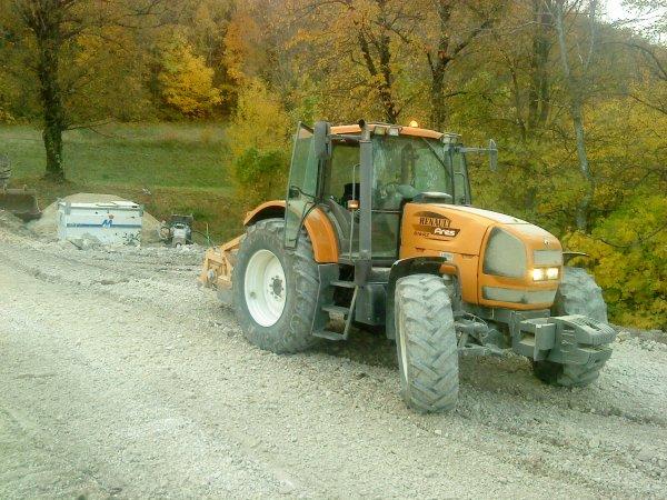 arriver du tracteur avec broyeur de pierre