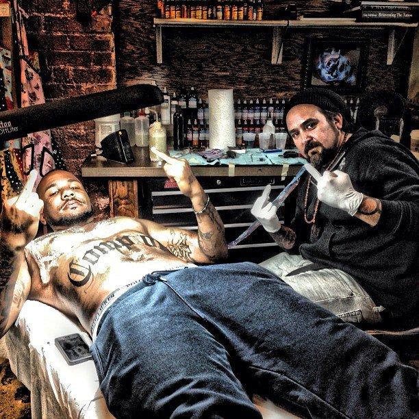 """Game se fait un tatouage """"Compton"""" sur le ventre"""