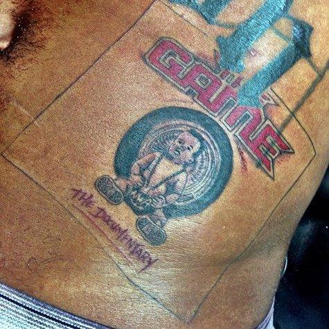 Game se tatoue la cover de The Chronic de Dr Dre !