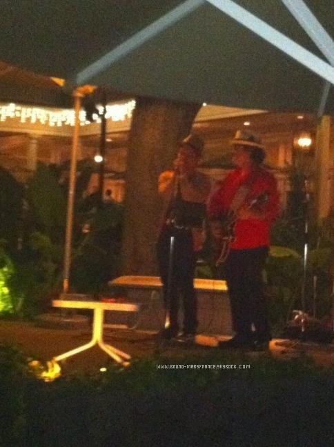2o/12- Bruno passe son temps chez lui à Hawaii en ce moment .
