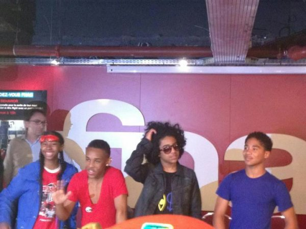 Seance De Dedicase Des Mindless Behavior !