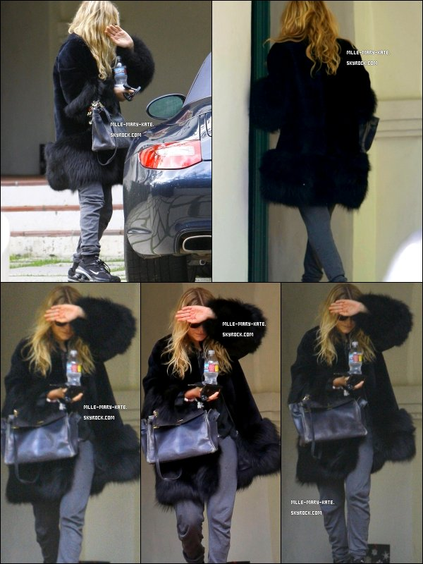 *   Mary-kate Olsen quittant un appartement a Los Angeles le 23/12/10   *