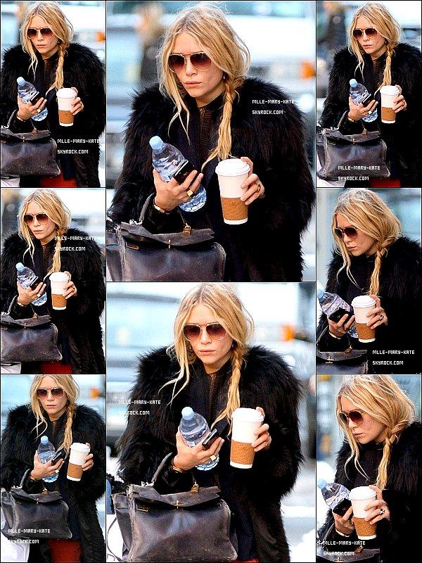 *   Mary-Kate sortant dehors tout en se promenant dans Soho a New York City le 03/02/11   *