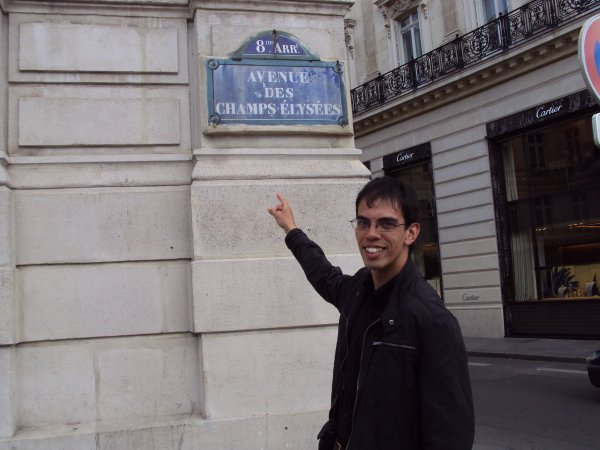 Mamour devant les Champs Elysée