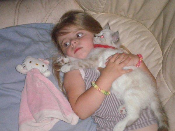 Mylène change de doudou... il s'appelle tjs kitty, mais la peluche est vivante cette fois ! lol