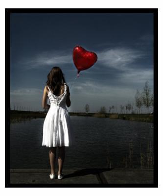 Je t'en supplie... Je ne veux pas t'aimer... Non, je ne veux pas t'aimer... Je ne peux pas t'aimer... Je ne veux pas souffrir dans tes bras, je ne veux pas souffrir en te voyant dans d'autres bras, je ne veux pas avoir mal lorsque tu poses tes yeux avec indifférence sur moi. Je ne veux pas t'aimer en secret, de peur que tu m'abandonnes. Je ne veux pas tout laisser tomber pour toi, m'effacer, m'oublier. Je refuse de t'aimer. Je ne veux pas que tu me changes, je ne veux pas t'aimer. Je ne voulais pas aimer. Aimer, c'est gênant. Je m'étais promis que je ne serais jamais amoureuse. Des mots, rien de plus que des mots. Futiles. Inutiles. Mensonge éhonté. Si seulement je pouvais oublier. Si seulement je pouvais t'oublier. Chasser ton visage de mes souvenirs. Tu n'es pas bon pour moi. Je ne peux pas t'aimer, ça me tuerait. Il faut croire que je suis masochiste. Ou suicidaire peut-être ? Qui sait... Pourquoi ne puis-je aimer simplement comme toutes ces greluches sans cervelle ? Elles, elles aiment et sont aimées... mais, moi, je ne suis pas comme elles. Je ne peux aimer, surtout pas toi. Pourquoi  ?  Parce  que  jamais  tu  ne  pourras  m'aimer.  Jamais  tu  ne m'aimeras  comme    moi               je t'aime. A en crever.                                                                                                                                                                                         [BY SHANNIAH N.ALEERA] ©