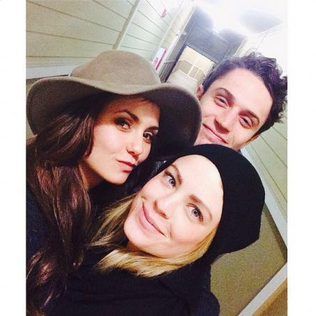 Nina Dobrev, son selfie en capeline sur Instagram, shopping