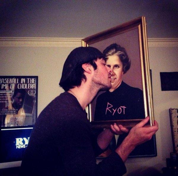 Ian Somerhalder embrasse une peinture (photo)