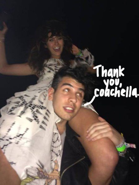 NINA DOBREV : TRÈS PROCHE DE NICK SIMMONS À COACHELLA ! (PHOTO)