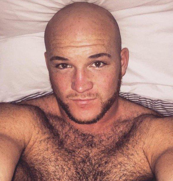 Homme Barbu Nu homme tête nue barbu - court toujours