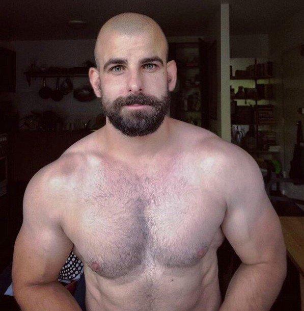 Homme barbu rasé avec de belles oreilles