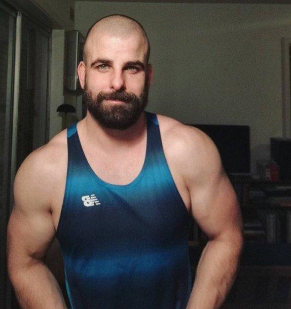 Homme rasé ras barbu