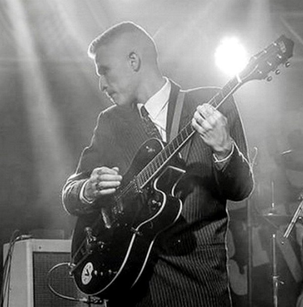 Flattopped guitarist