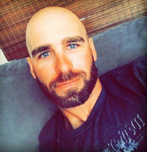 Beau mec qui sait qu'il lui faut être rasé chauve