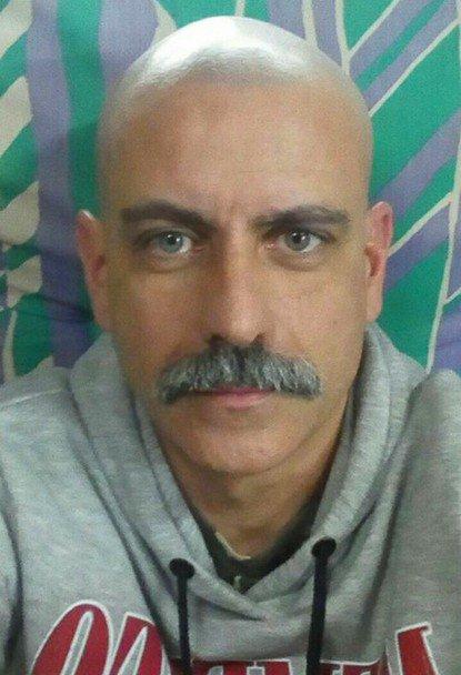 Bel homme moustachu