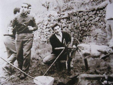 """1965) Jean FERRAT s'occupe du   """" Tourne-broche """" les travaux çà creuse !!!"""