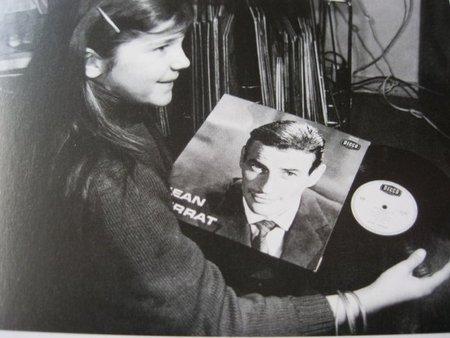 1965) Véronique (la fille adoptive de Jean FERRAT) écoute un disque de Jean FERRAT