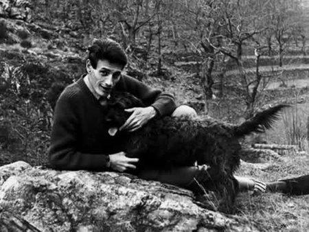 1967) Jean FERRAT avec le chien de Christine SÈVRES