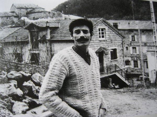 1969) Jean FERRAT dans le village d'Antraigues-sur-Volane (07530)