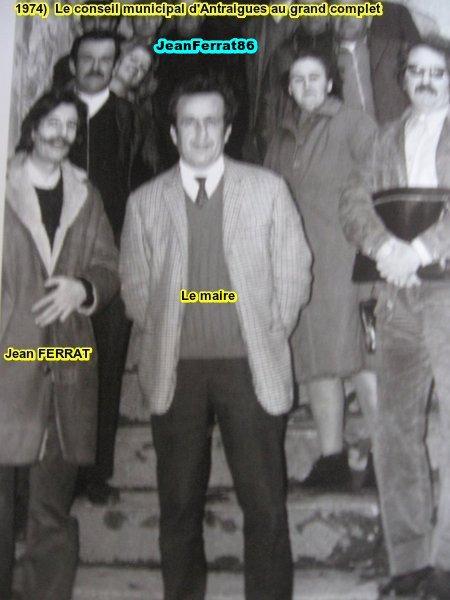1974) Jean FERRAT et le  Conseil Municipal d'Antraigues-sur-Volane (07580)   au  grand complet
