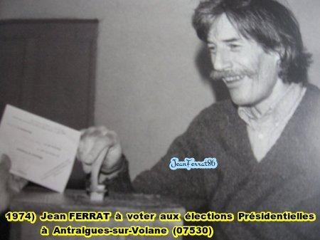 1974) Jean FERRAT à voter aux élections Présidentielles à Antraigues-sur-Volane (07530)