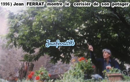 1996) Jean FERRAT montre le cerisier de son potager